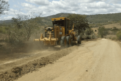 Prefeitura de Umbuzeiro-PB realiza novos trabalhos de melhoria nas estradas de Alecrim e atende moradores com trabalhos da retroescavadeira