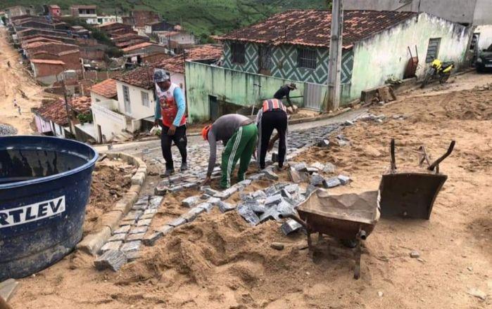 PREFEITURA MUNICIPAL ESTÁ PAVIMENTANDO MAIS UMA RUA NA CIDADE DE UMBUZEIRO